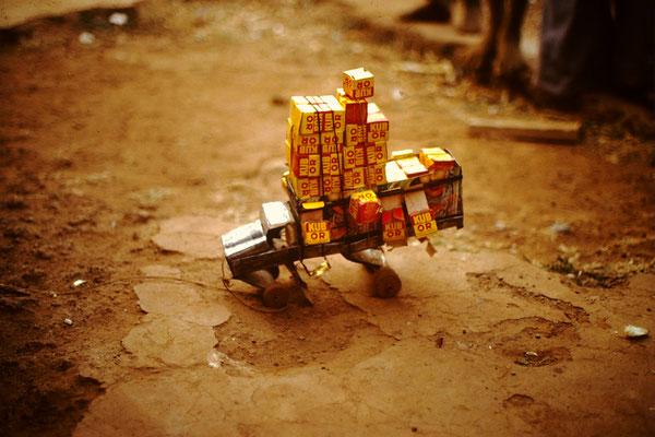 17. Aus Abfall wurde dieser Lastwagen hergestelt. In Europa nennt man dies Recycling.