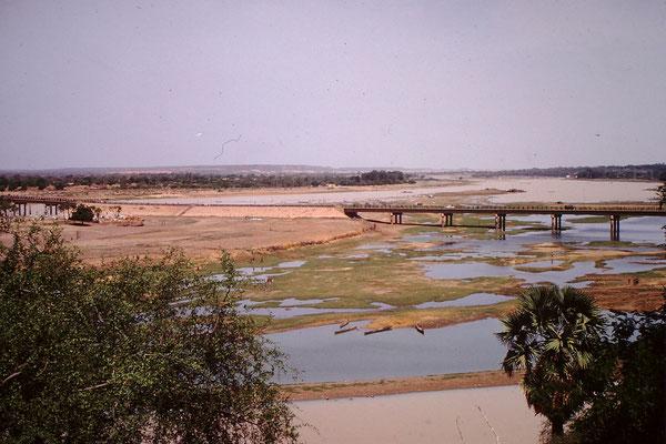 Die John F. Kennedy  Brücke über den 3 grössten Fluss Afrikas den Niger. Der Fluss ist auch Namensgebend für das Land.