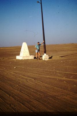 44. Alle 10 Km hat es auf der Tanezerouft Piste ein Wegzeichen mit Solarlampe. Nachts durfte man auf dieser Piste als Tourist nicht fahren. Einzige Ausnahme war, wenn man sich Verfahren hatte, musste man bis zur nächsten Solarlampe fahren. Übernachten sol