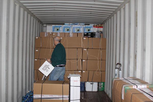 Schachtel um Schachtel wird verladen.