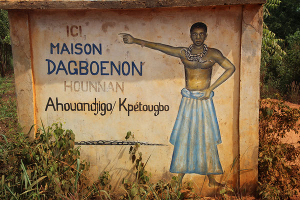 21. Abzweigung zum Voodooprister Maison Dagboenon.