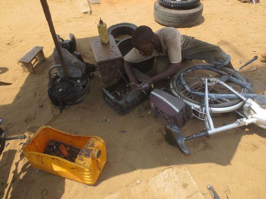 Die Aufgeschnittenen Kanister sin Werkzeugkisten.