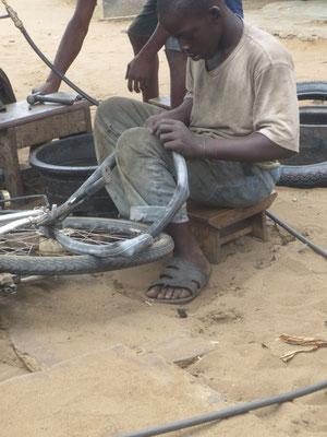 Ein Flick, ausgeschnitten aus einem alten Schlauch, wird aufgeklebt.