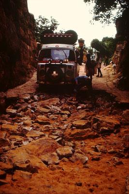 26. Der Weg nach unten war zwar Betoniert, hatte aber keine Armierungseisen darin. An vielen Orten fehlte der Belag. Steine wurden nun Mühsam unter die Räder gelegt. Die letzten etwa fünfundert Meter war nur noch Sand. Weil es aber abwärts ging bewältigte