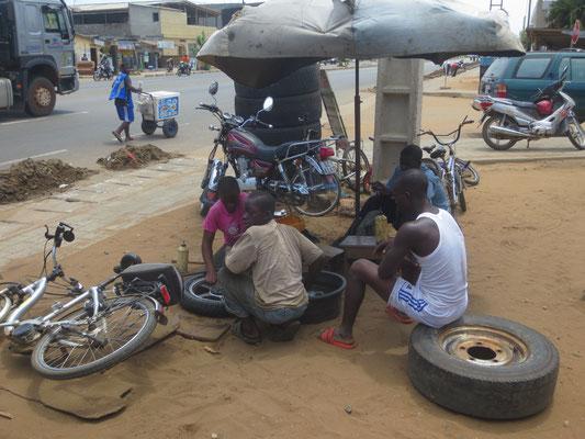 Ein schlauchloser Reifen wird repariert.