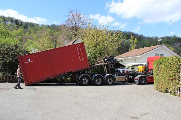 Container wird abgeladen.