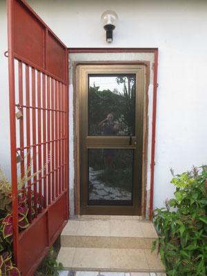 04.10.2015 Die Eingangstüre aus Holz wurde durch eine Aluminiumtüre ersetzt.