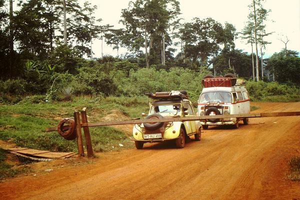 1. Andiesem ganz kleinen Grenzübergang zwischen Ghana und Côte d'Ivoire, der Ort heisst Niable, wurde das m