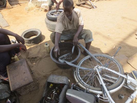 Ohne das Rad auszubauen wird der Schlauch rausgenommen.
