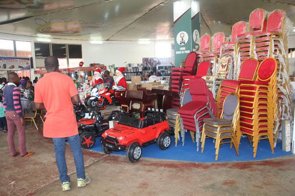 7. Spielsachen und Stühle werden zum Kauf angeboten.
