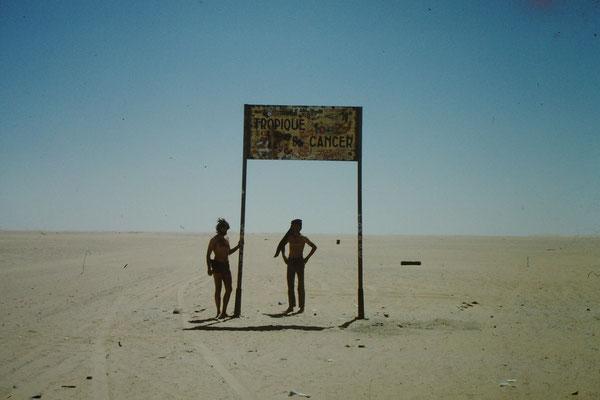 28. Bei meiner ersten Saharadurchquerung auf der Tanezerouftpiste legten wir beim Schild Tropic du Cancer (Wendekreis des Krebses) einen kurzen Stopp ein.
