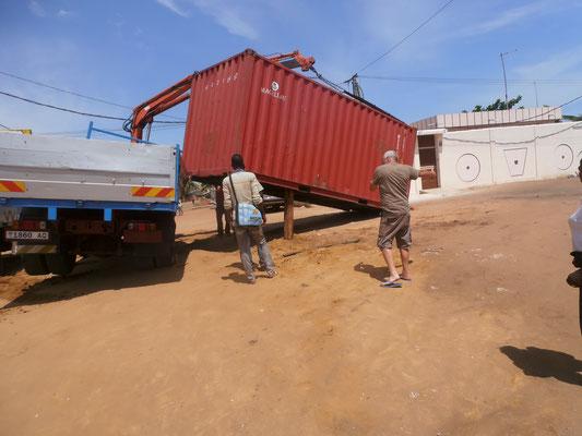 Der Container liegt immer noch auf der Seitenwand des Lastwagens
