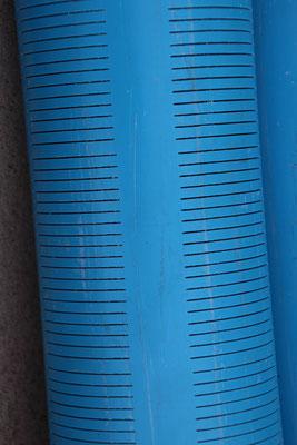 16.12.2016 Nur die untersten sechs Meter des blauen Rohres haben soche Schlitze. Dies Garantiert, dass das Wasser nur aus diser Zone kommt.