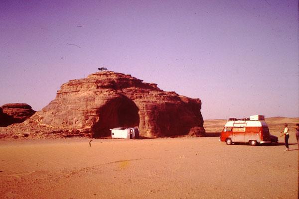 Hier musste ein mir nicht bekannter sein Auto aufgeben. Auf den ganzen Saharadurchquerungen habe ich viele Ausgeschlachtete und ausgebrannte Fahrzeuge gesehen. Ich habe alle meine Fahrzeuge mit viel Glück und Improvisation durchgebracht.