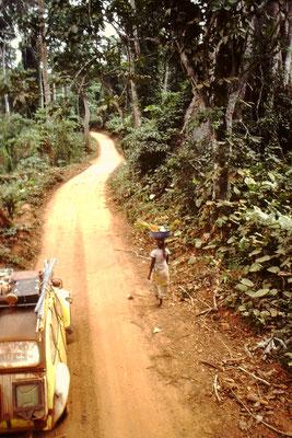 12. Schmale Piste zwischen Abengourou und Abidjan.