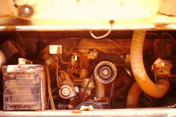 Total verschmutzter Motor nach der Saharadurchquerung .Das loch in der Motorenklappe entstand durch einen Kurzschluss mit der Bordbatterie.
