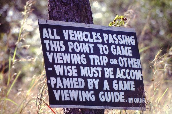 Alle Fahrzeuge die hier vorbeifahren um das Game Reserve zu besichtigen oder auch anderst, müssen begleitet werden durch einen Game reserve Besichtigungsführer.