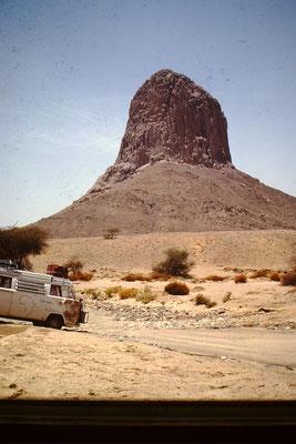 14. Dieser Berg wird durch Sandstürme abgeschliffen. Er ist in der nähe von Tamanrasset.