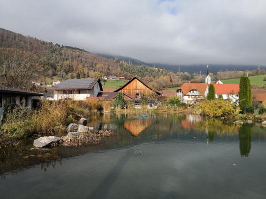 Fischen im Forellenteich im Naturpark Jura