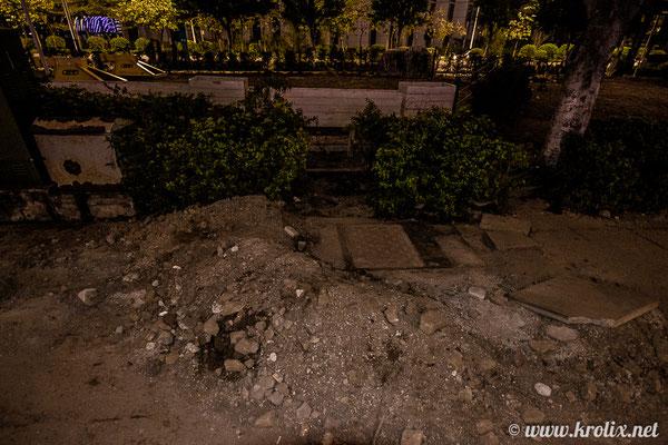 Чтобы туристы слишком далеко не заплывали в астрал после поездки, троттуар набережной встречает их выкопанными дырами и земляными насыпями