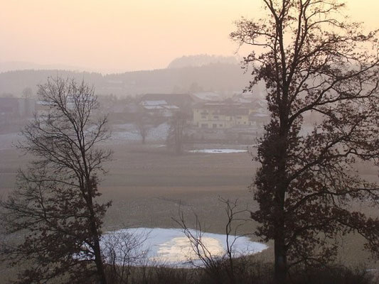 Вид на озеро и холмы Дорфибма перед закатом