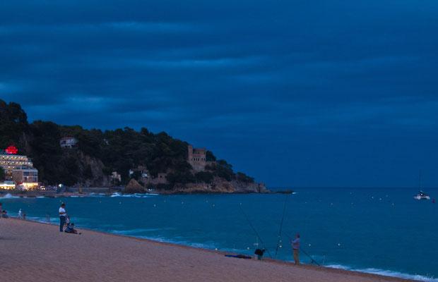С наступлением вечера отпускников на побережье сменяют рыбаки-браконьеры