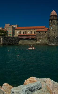 """Море по цвету под стать венецианским цветущим каналам. Народ играет в """"царя плота"""""""