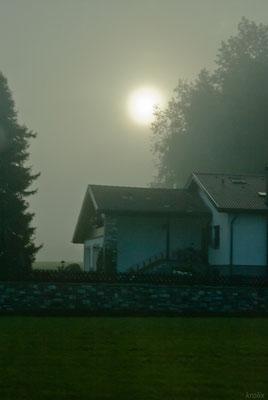 Дом по дороге в горы. Солнце пытается пробиться сквозь туман