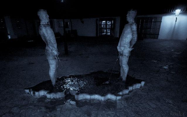 Перед музеем Кафки... И ведь не стесняются, гады!
