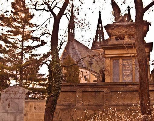 Готический собор и кладбище в Вышеграде