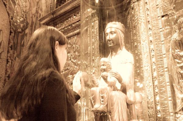Темноликая Дева Мария за стеклом