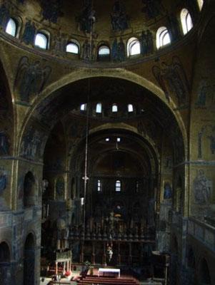 Собор Сан-Марко изнутри. Темно, да и камерой тогда служила мыльница.