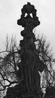 Голубь на статуе на Карловом мосту