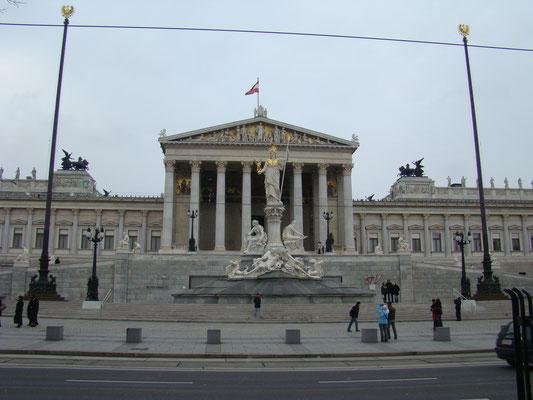 Статуя Афины перед зданием Парламента