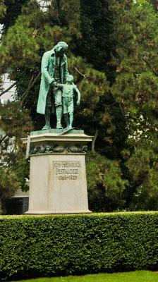 Статуя на Песталоццианлаге, простите за мой немецкий.