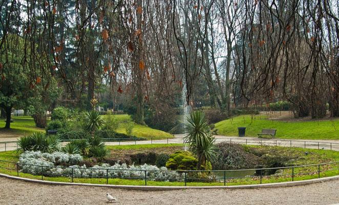 Парк с тоннелями и хитроумным ландшафтам у стены старого города в Падуи