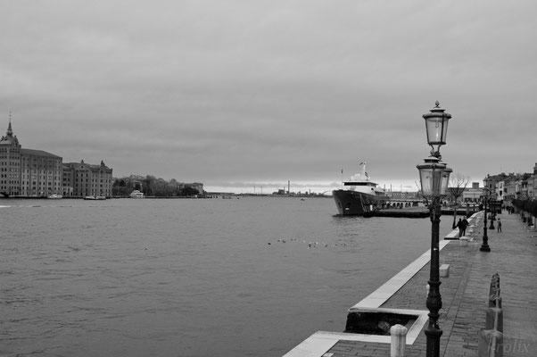 Оловянное небо нависает над гаванью...