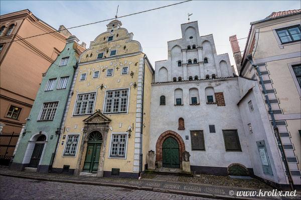 Белый дом -- самый древний в городе. Выглядит и правда неважнецки...