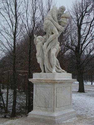 Некоторые статуи не укрыты от снега