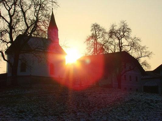 Церковь в лучах заходящего солнца