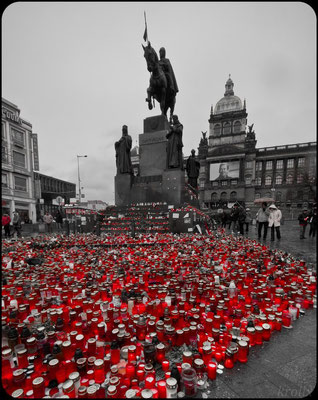 Прага, свечки на Вацлавской площади в память об умершем президенте Вацлаве Гавеле, 26 декабря 2011 года