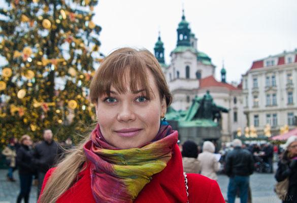 Сзади - новогодняя елка и большой и вкусный рынок