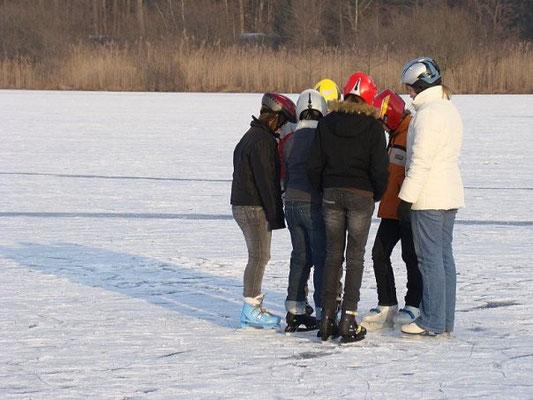 Австрийские дети на замерзшем озере