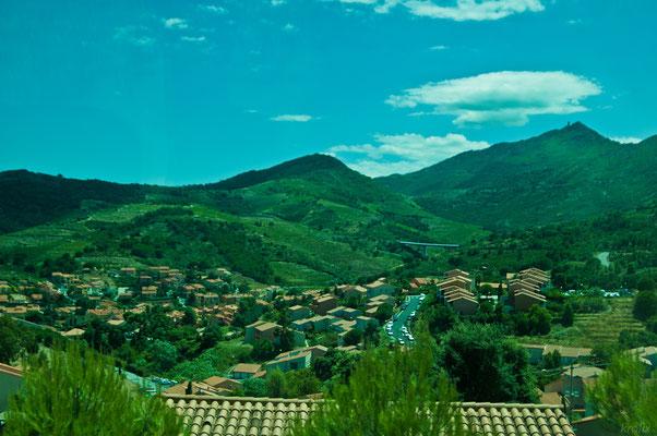 В местном рельефе угадываются находящиеся неподалеку Пиренейские горы