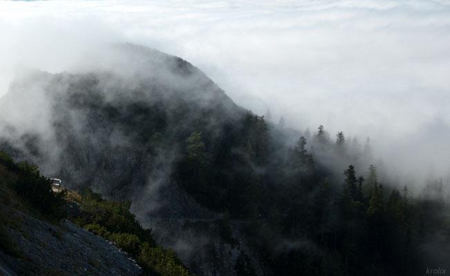 Стелящиеся по склону клочки облаков