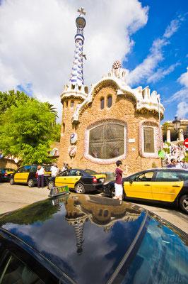 Многочисленные такси у главного входа