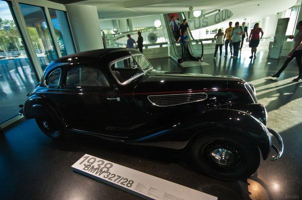BMW 3-ка 1938 года у входа в музей