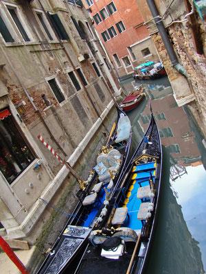 Фотографии времен моей первой поездки в Венецию. Гондолы на приколе