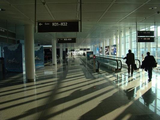 В здании аэропорта вообще снимать нельзя. Надеюсь, за публикацию этого фото меня не сделают невъездным в Шенген ;)