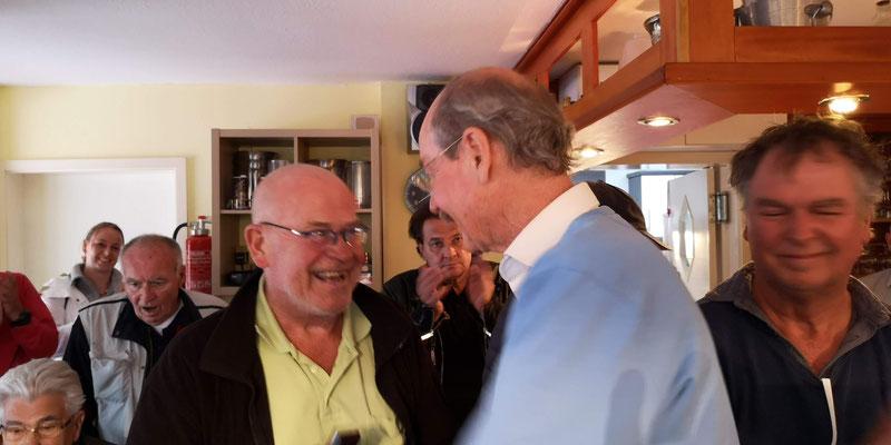 Klaus Lütgens li Vergabe der Vereinsnadel für anerkannte Leistungen